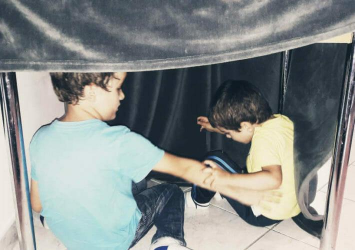 Enfants dans une cabane qui se disputent et ont besoin d'une médiation pour s'entendre