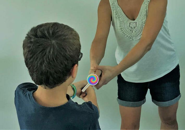 un enfant et sa mère son en opposition pour un bonbon