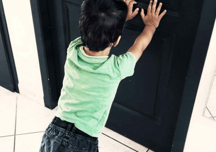 Enfant qui pousse une porte - être un modèle