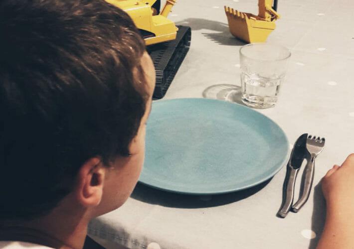 Enfant à table avec un jeu - avoir le choix de sa réaction
