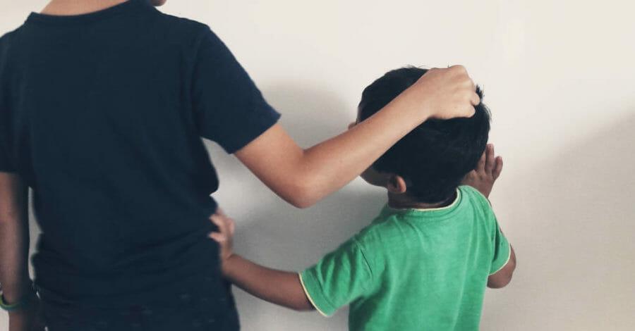enfants en conflit qui se disputent